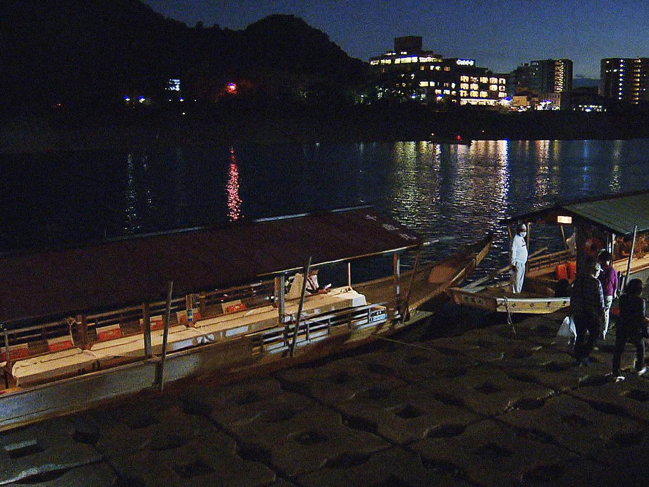 岐阜市の長良川鵜飼を川岸に停泊した観覧船から楽しむ「水上座敷」が人気を呼んでいま...