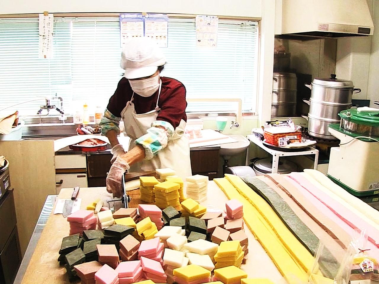 4月3日の飛騨地方のひな祭りに向けて、岐阜県高山市で「5色のひし餅」づくりが行わ...