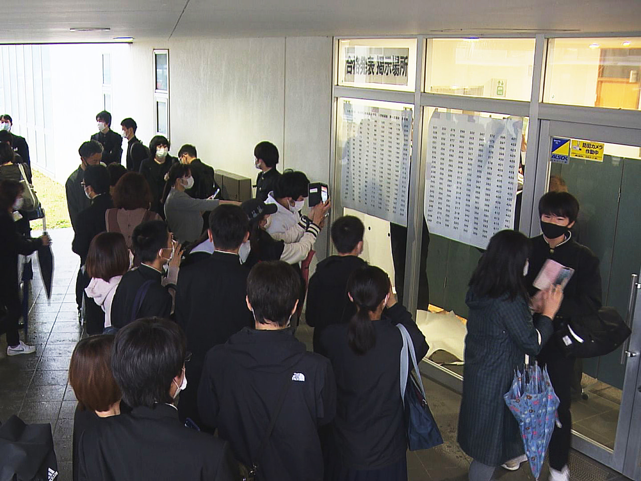 岐阜県内の公立高校入試の合格発表が21日に行われ、コロナ禍でも勉強に励み、目標を...