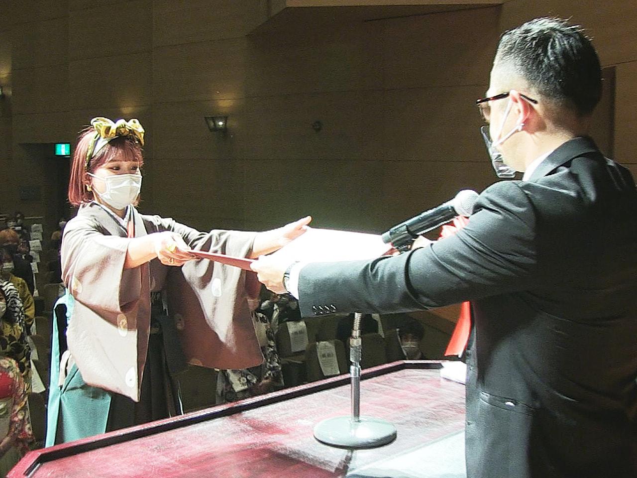 岐阜市の総合美容専門学校「ベルフォートアカデミーオブビューティー」の卒業式が行わ...