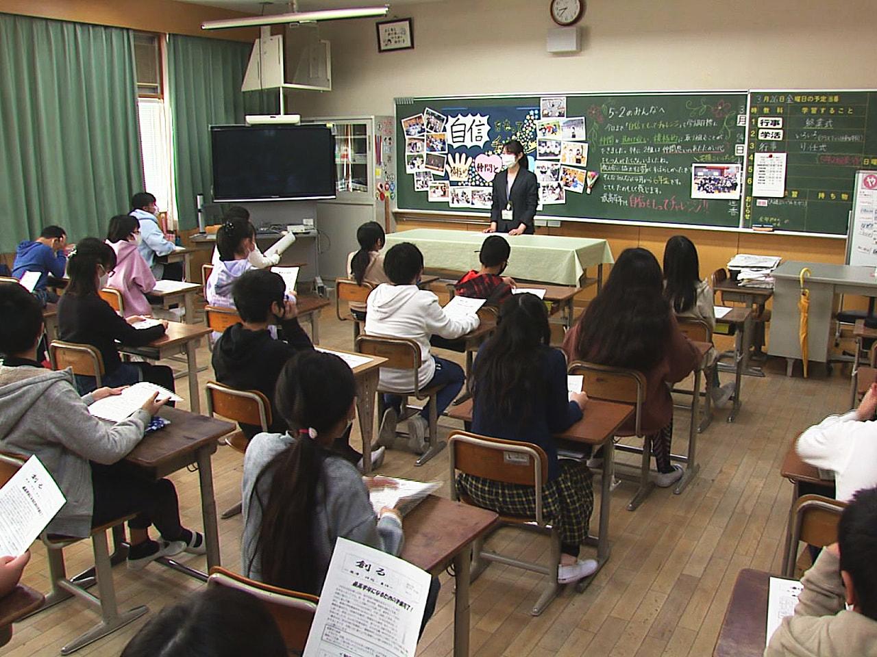 岐阜県内のほとんどの公立学校で26日に修了式が行われ、新型コロナに翻ろうされた1...