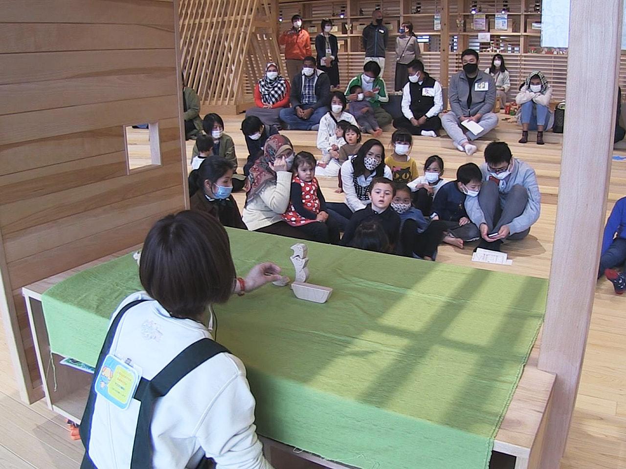 2020年7月にオープンした岐阜市のぎふ木遊館で28日、外国人来館者を迎える研修...