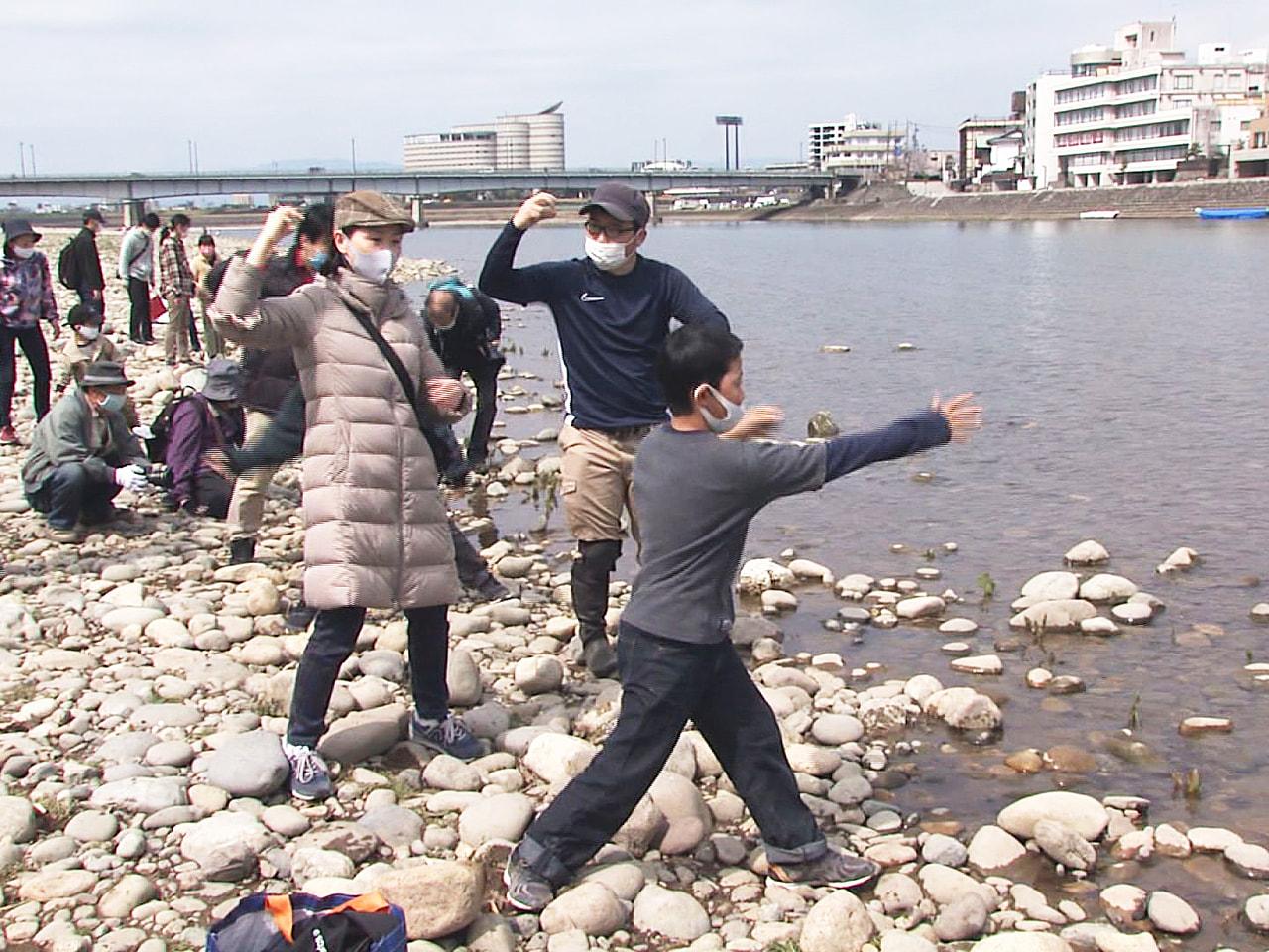 川遊びをしながら長良川に親しんでもらうイベントが岐阜市内で行われ、穏やかな春の陽...