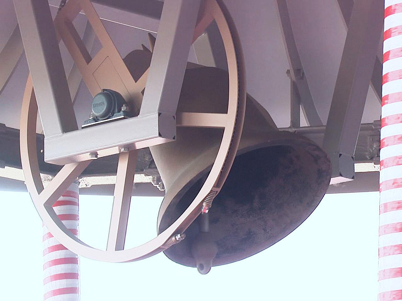 5月6日に開庁する岐阜市の新庁舎に設置された「平和の鐘」を打ち鳴らす式典が5日、...