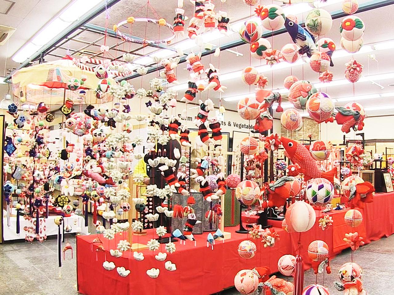岐阜県飛騨市の瀬戸川のコイなどをテーマにした色とりどりの「つるし飾り」の作品展が...