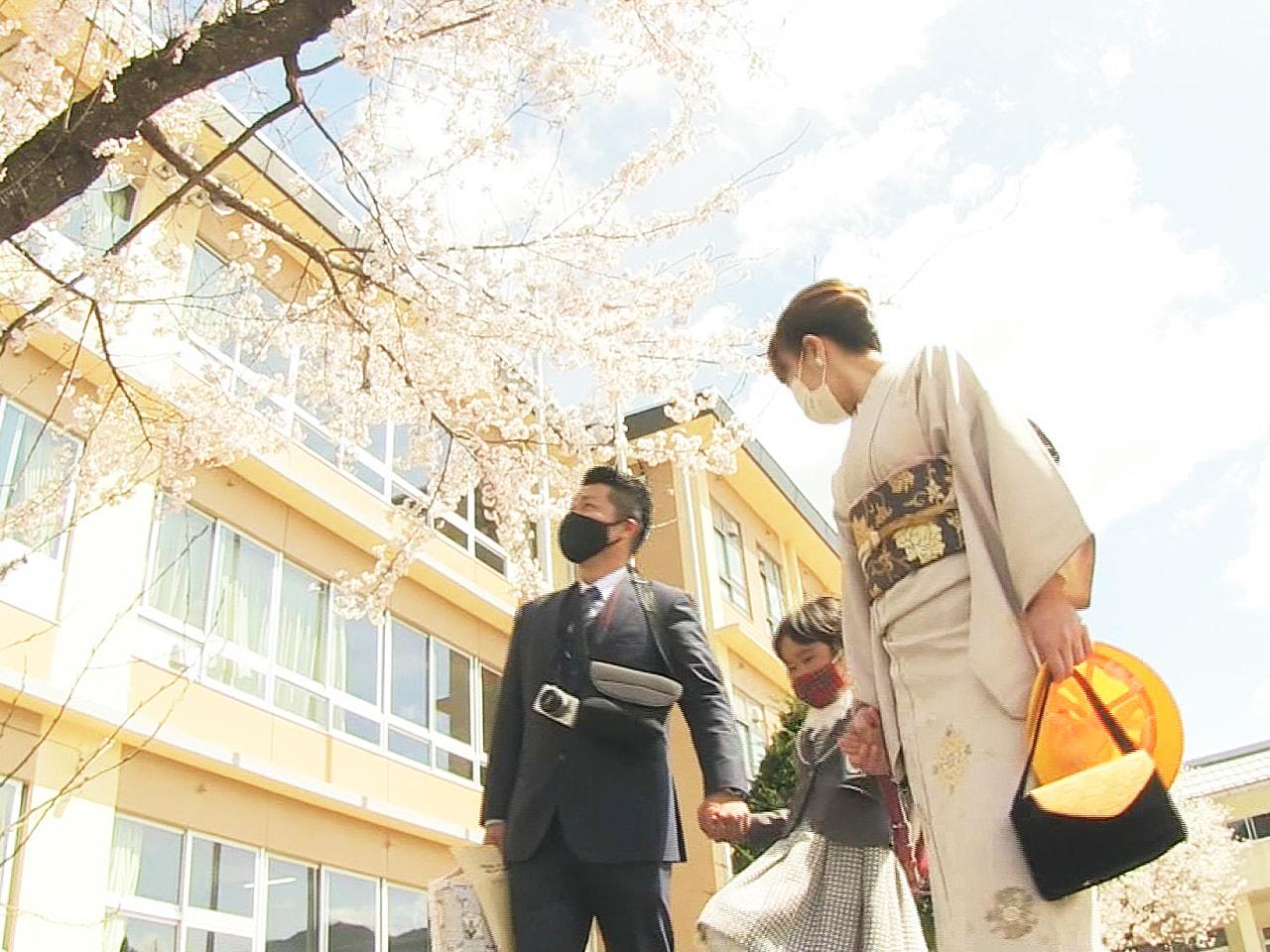 岐阜県内の一部の公立小学校で6日に入学式があり、新1年生たちが緊張しながら式に臨...