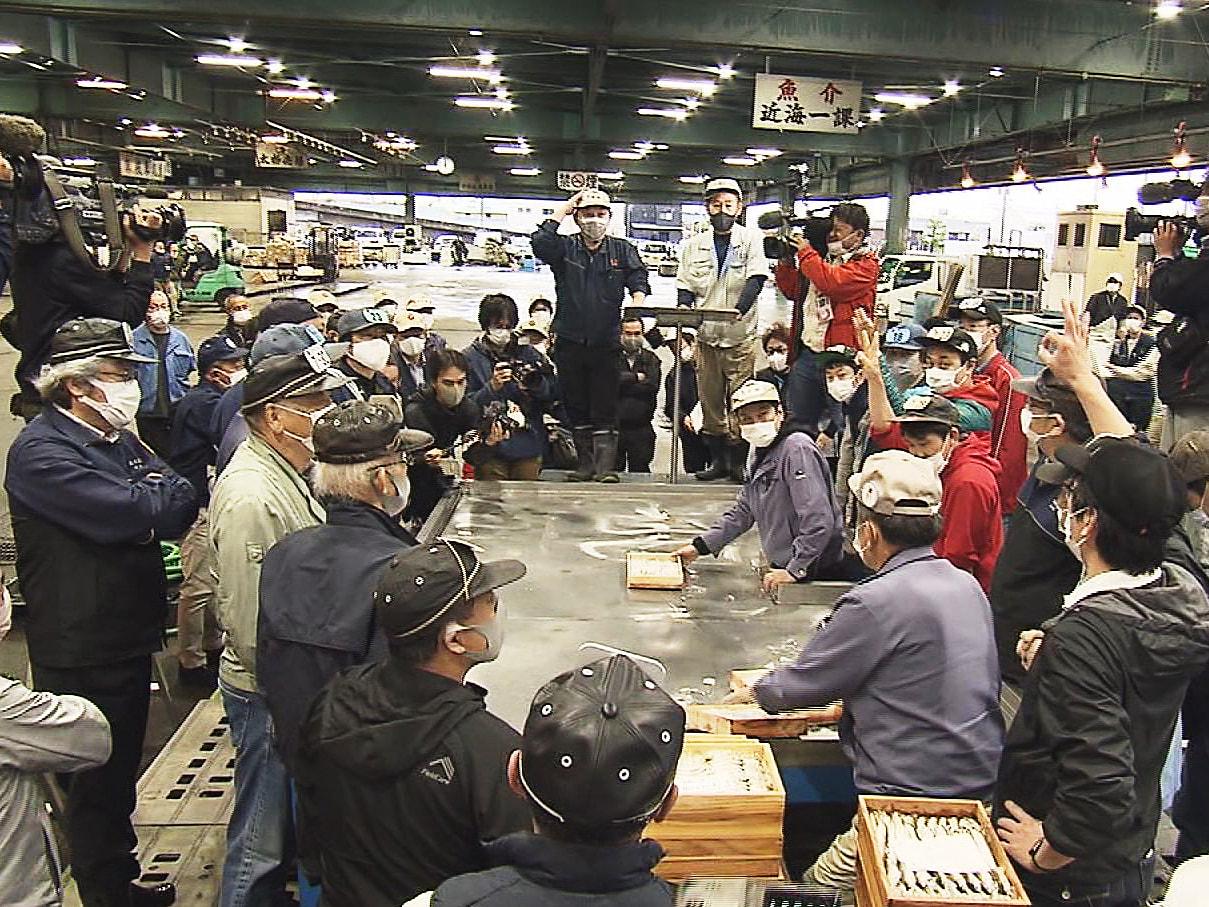 初夏の訪れを告げる鮎の初競りが11日、岐阜市の中央卸売市場で行われました。 初競...