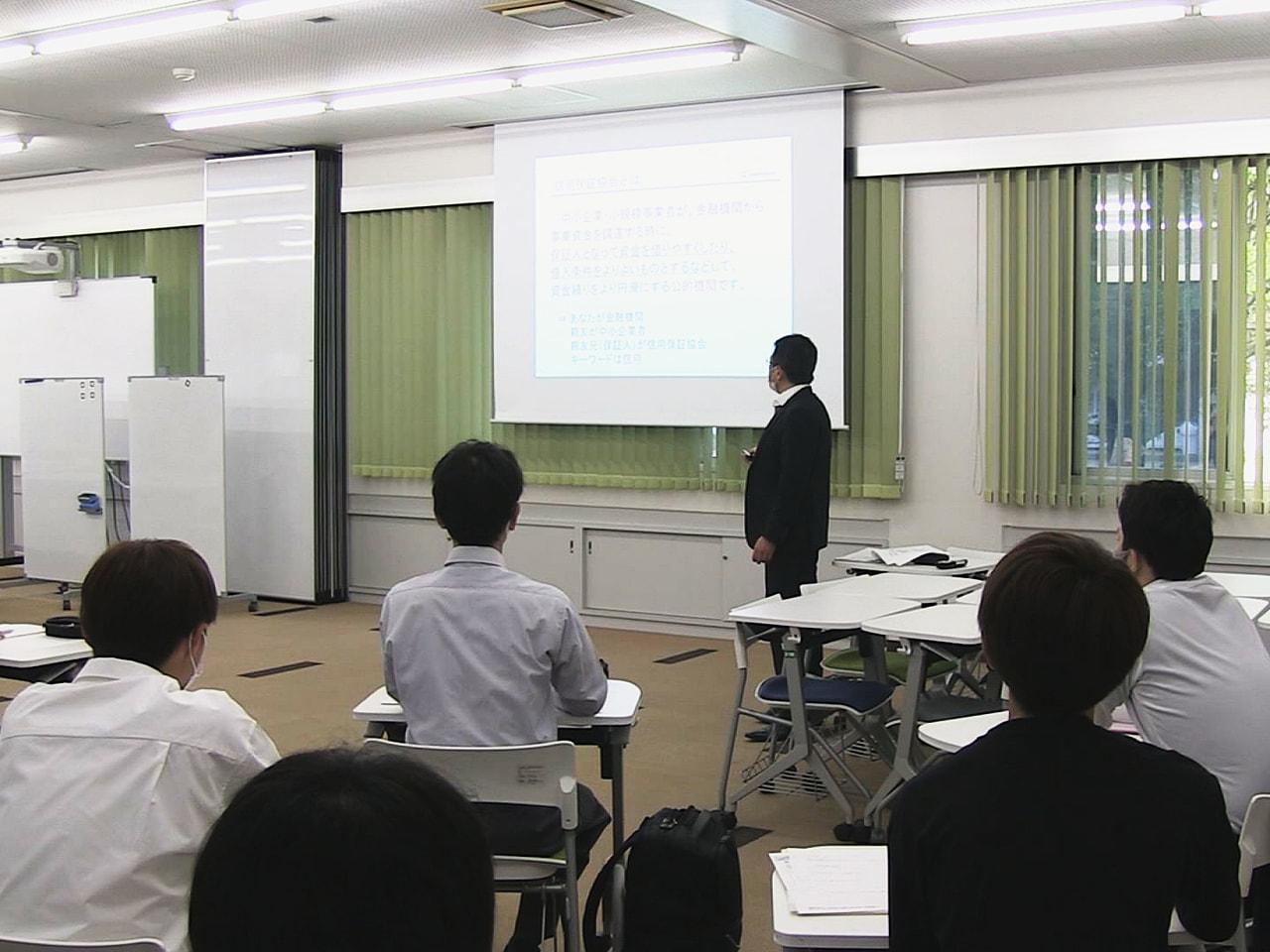 岐阜県信用保証協会は24日、起業を大学生の将来の選択肢の一つにしてもらおうと岐阜...