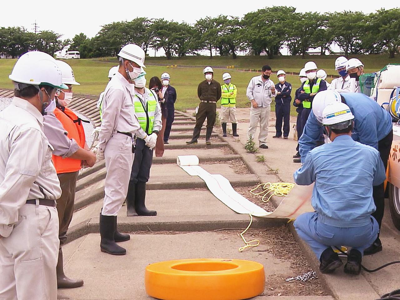 大雨による浸水被害に備え、岐阜県が2021年1月に導入した排水ポンプ車の操作訓練...