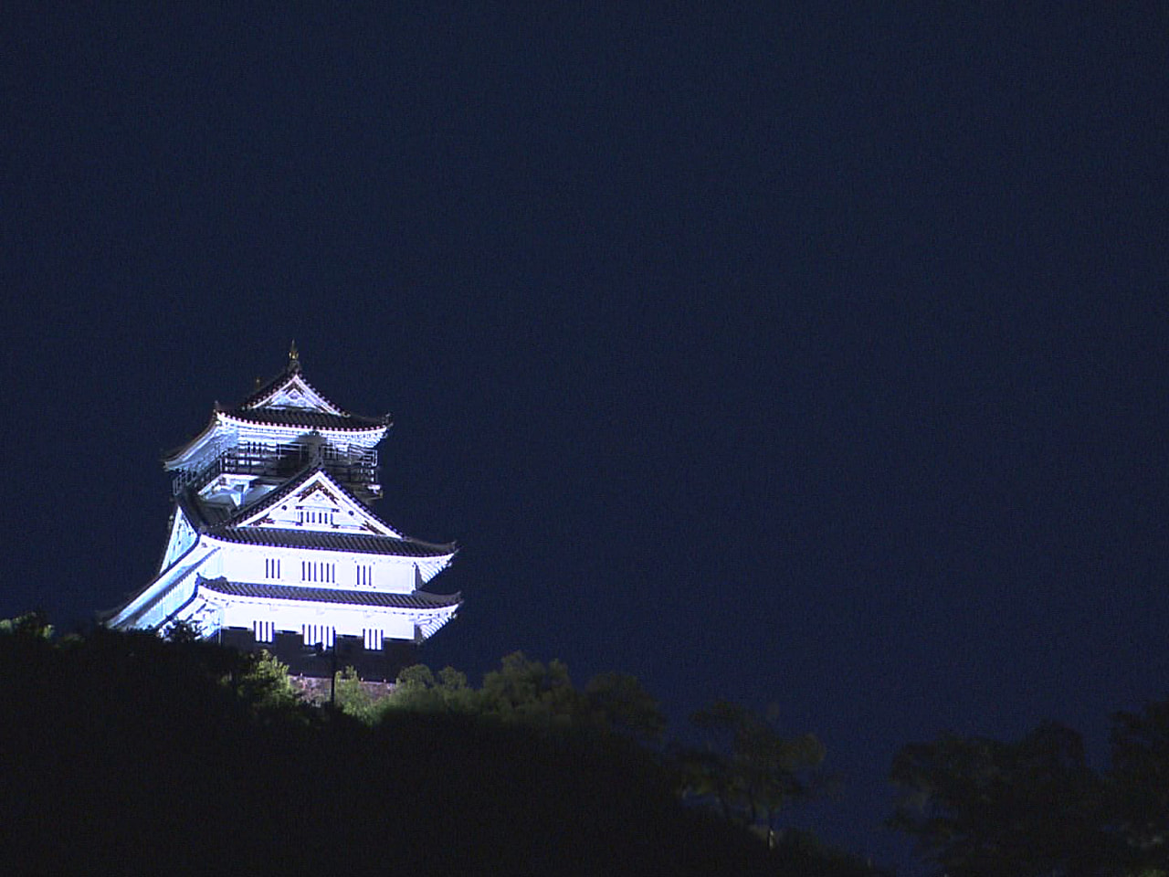 月が地球の影に覆われる「皆既月食」が26日夜、3年ぶりに日本で見られました。 岐...