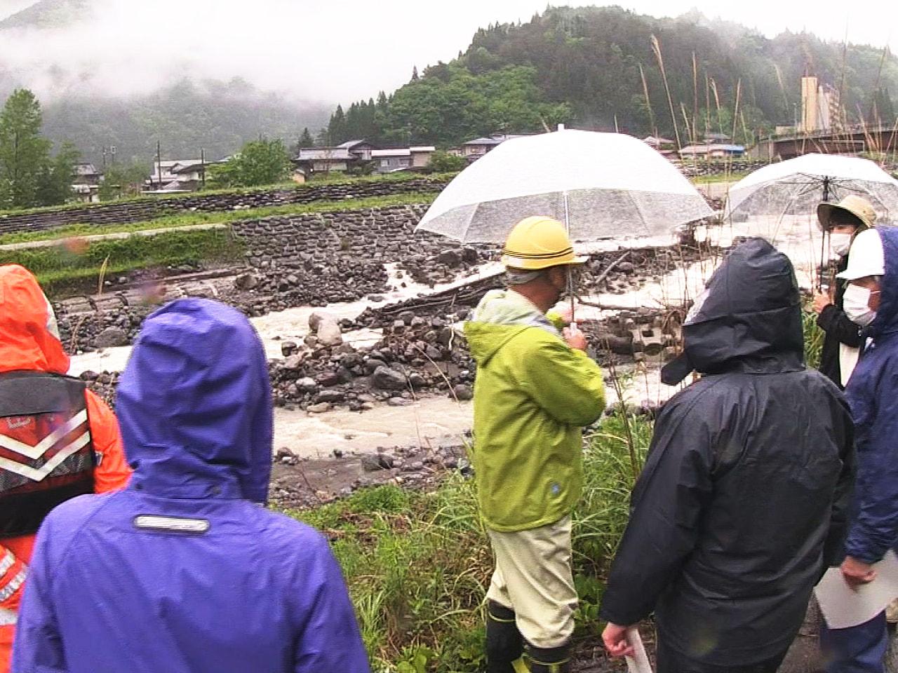 本格的な雨の時期に備え、岐阜県と高山市は市内の奥飛騨温泉郷の高原川で、住民も交え...