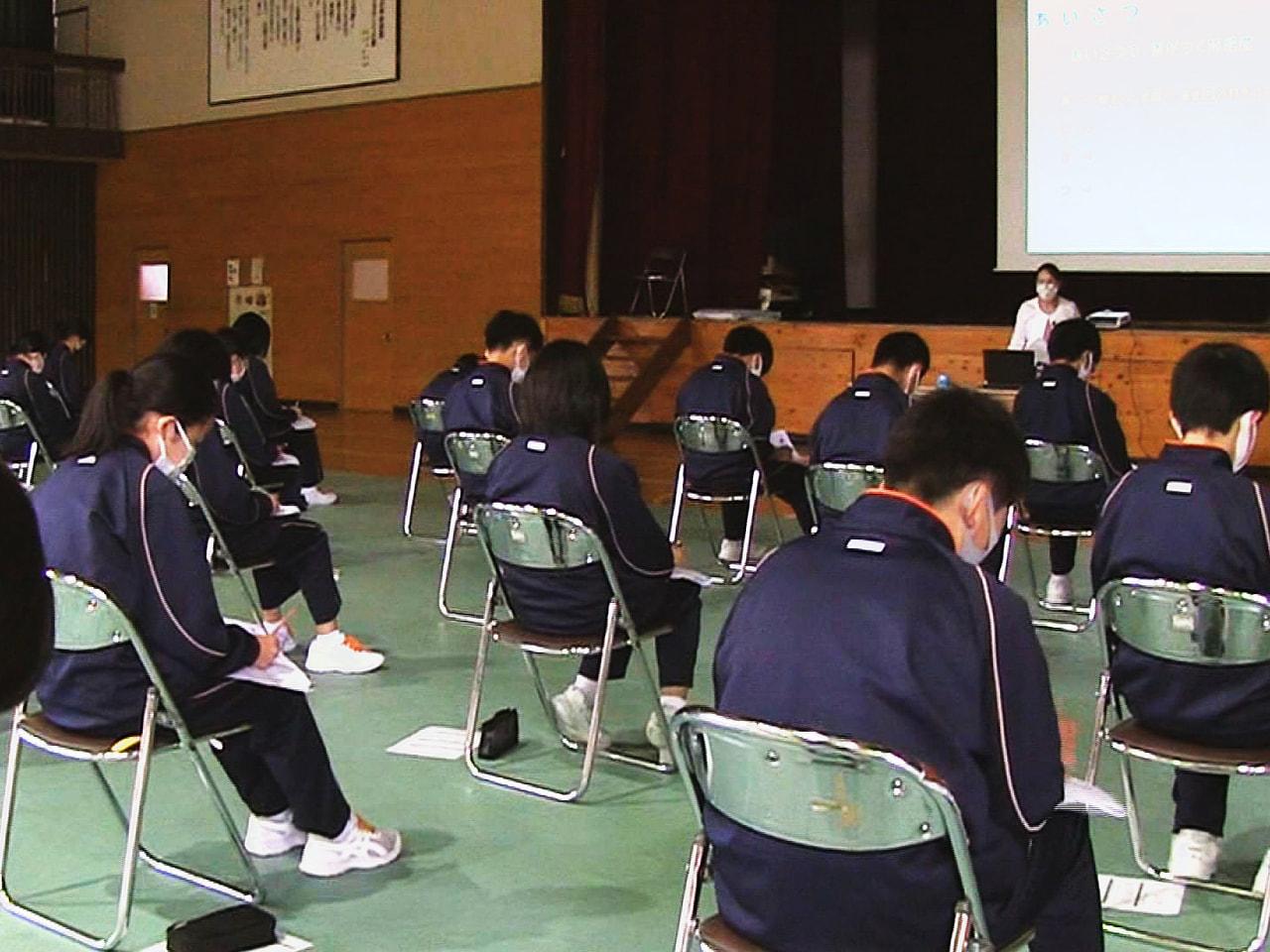 岐阜県高山市の東山中学校では、コロナ禍で中止となった職業体験学習に代わって、ビジ...