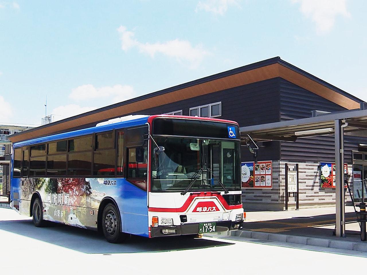 岐阜県内の市で唯一、鉄道の駅がない山県市が、公共交通の利便性を高めようと整備を進...