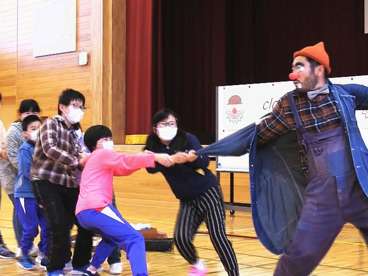 「クラウン」と呼ばれるプロの道化師が飛騨市の小学校を訪れ、パフォーマンスを見せな...