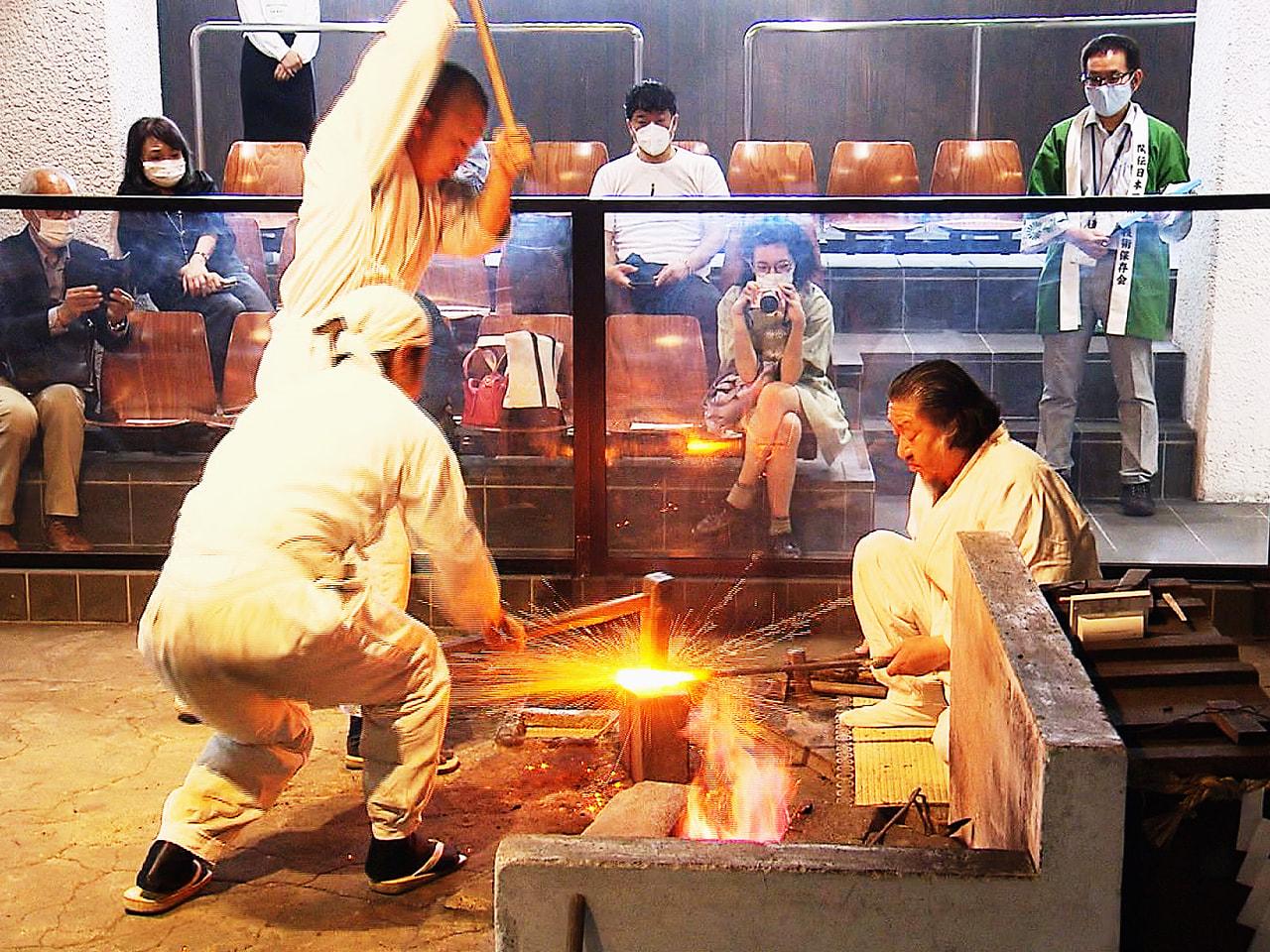 日本刀鍛錬技術を多くの人に広めようと、岐阜県関市の関鍛冶伝承館では毎月、一般向け...
