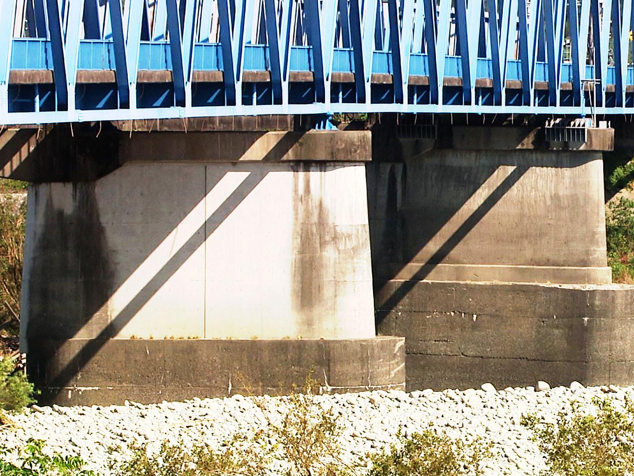 5月の大雨が原因で傾いた、岐阜県各務原市の県道にかかる川島大橋の橋脚の工事が9日...