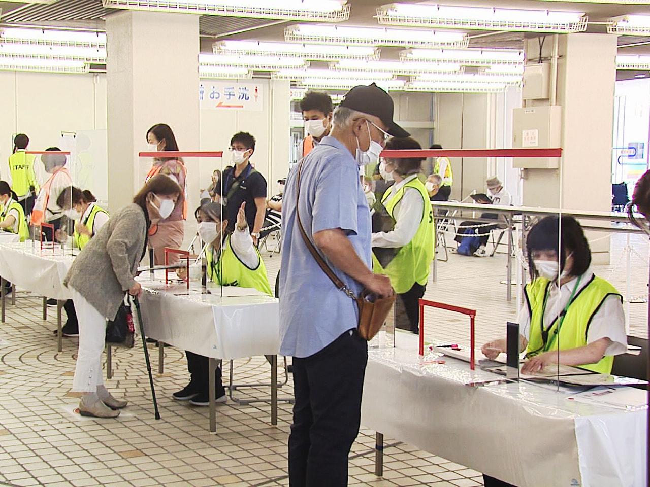 岐阜県で12日、高齢者を対象にした新型コロナウイルスワクチンの大規模接種が始まり...