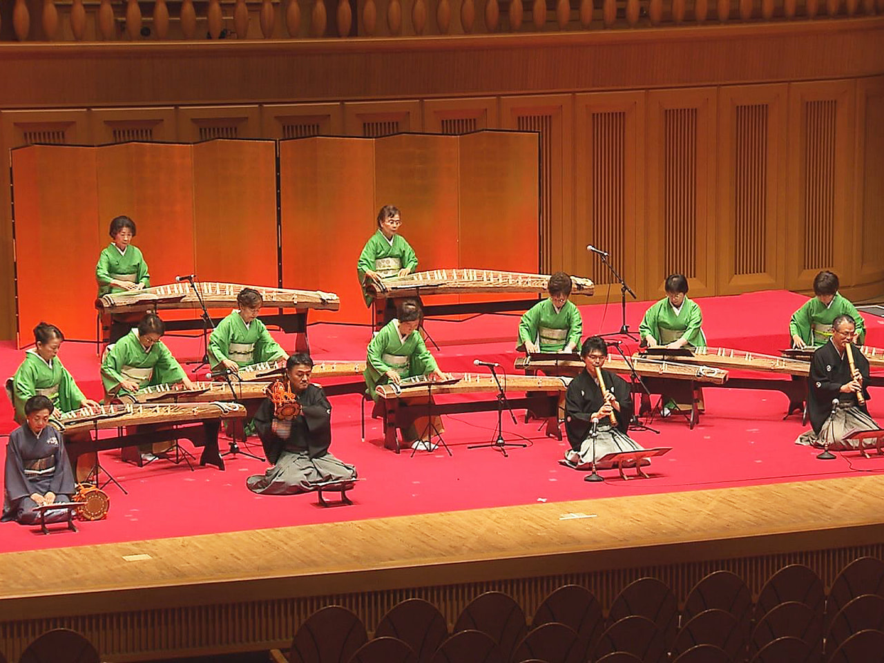 岐阜県邦楽連盟の公演会が岐阜市で開かれ、約250人の観客が和楽器の趣のある音色に...