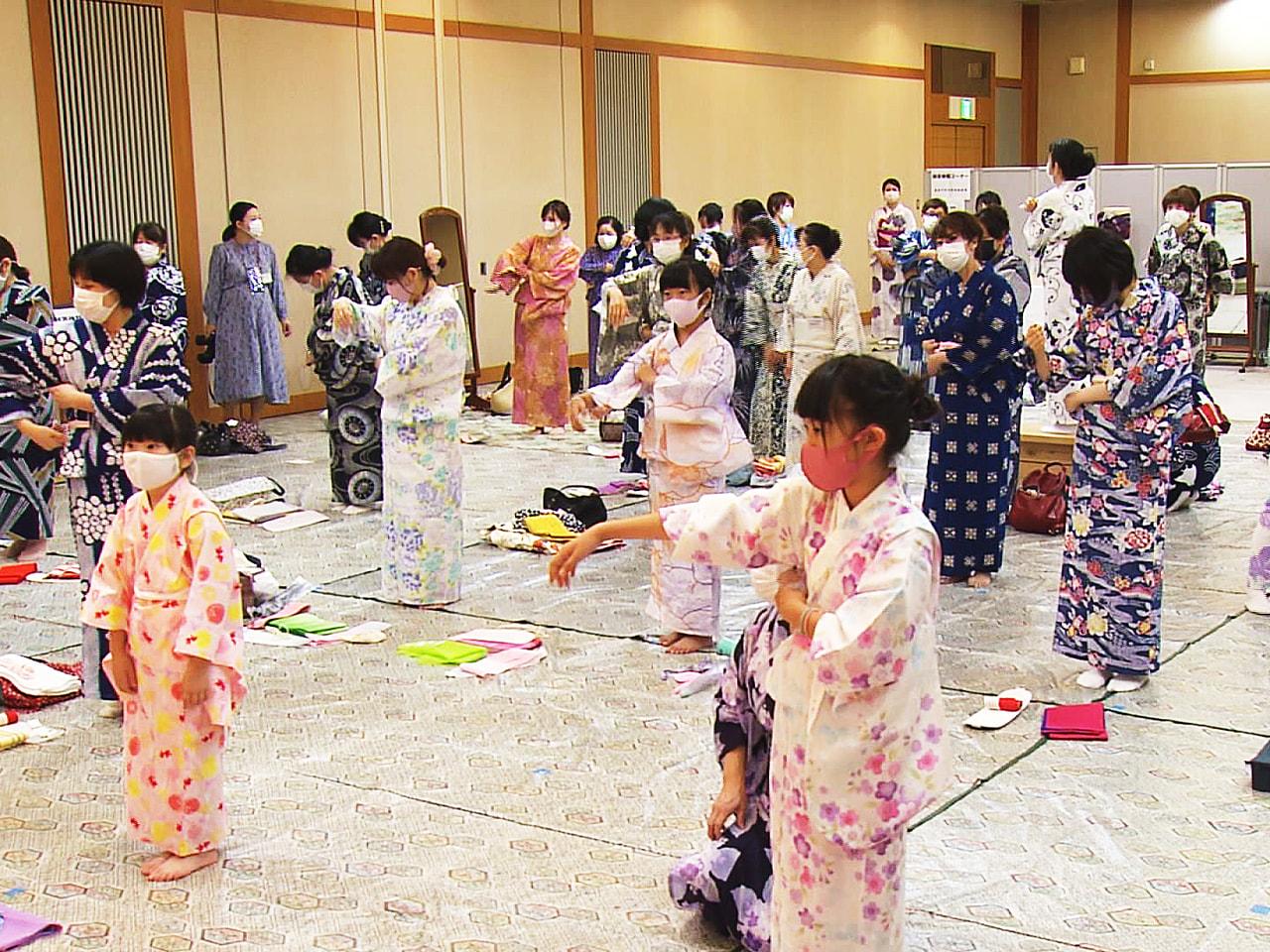 浴衣を着る機会が増える夏本番を前に、着付けの講習会が岐阜市で開催されました。 浴...