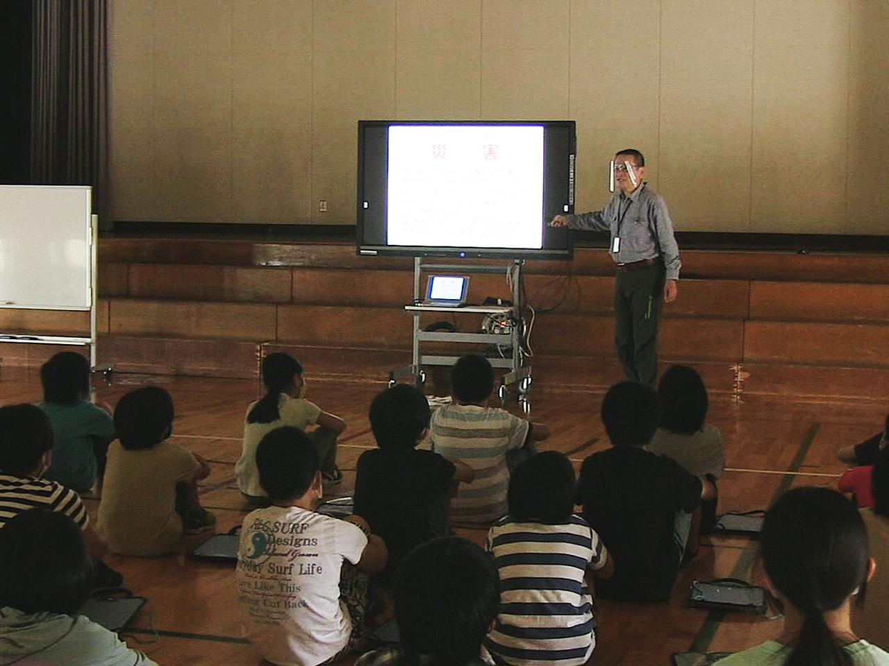 岐阜県高山市の東小学校で、災害発生時に身を守る行動ができるよう、防災士から学ぶ授...