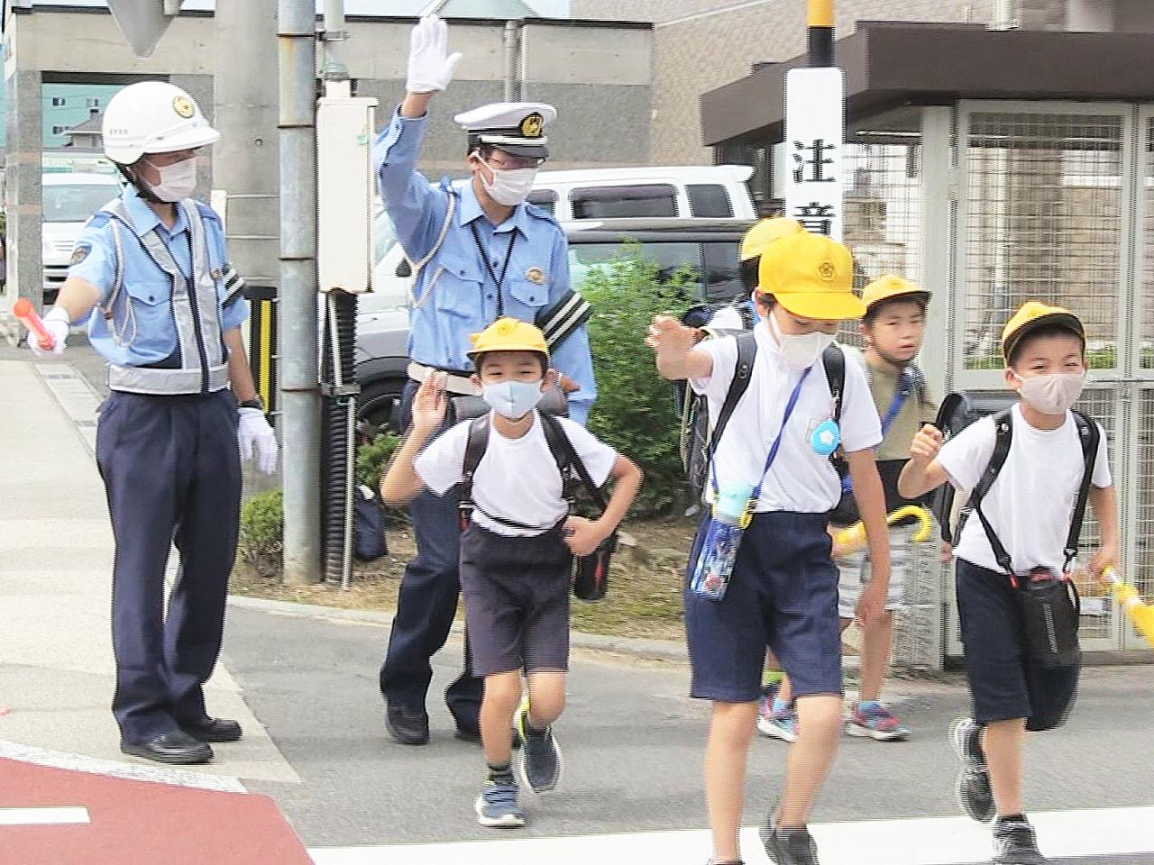 夏の交通安全県民運動が始まった岐阜市で、下校途中の小学生を警察官らが見守りました...