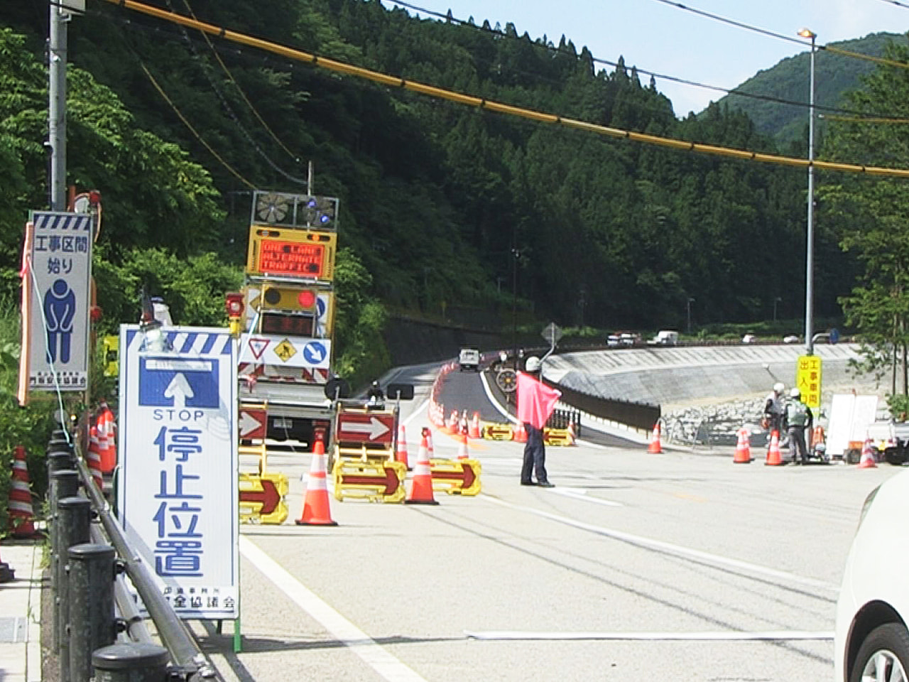 2020年の7月豪雨で崩落した岐阜県下呂市の国道41号線が28日全線開通するのを...
