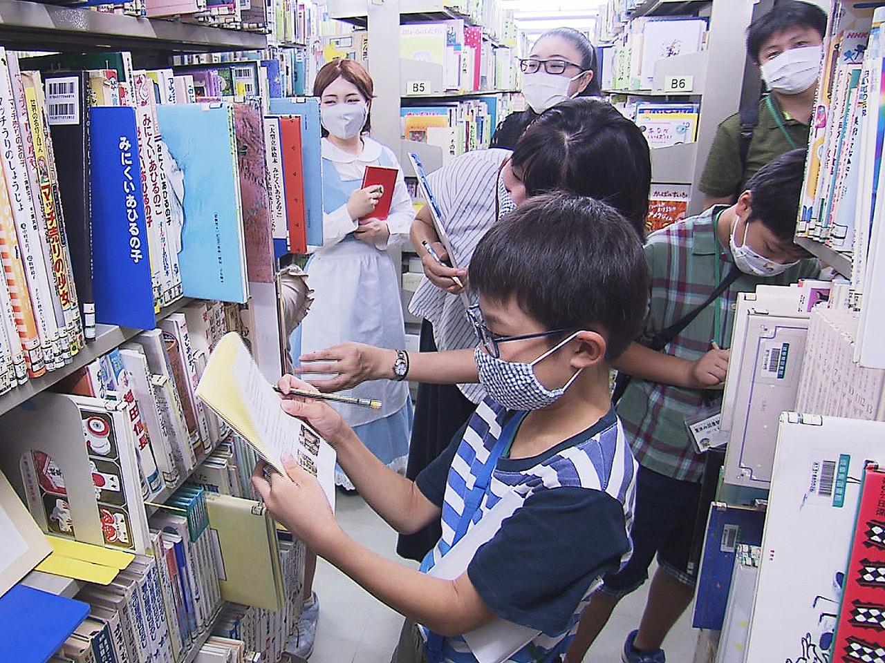 夏休みの親子に図書館の魅力を知ってもらおうという取り組みです。 普段入ることがで...