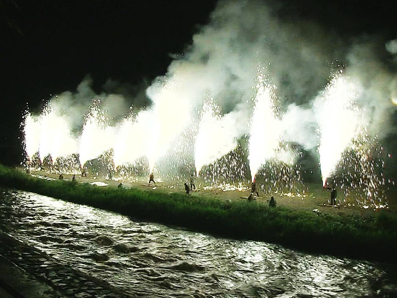 飛騨高山の夏の風物詩手筒花火の打ち上げが、岐阜県高山市内の宮川河川敷で行われまし...