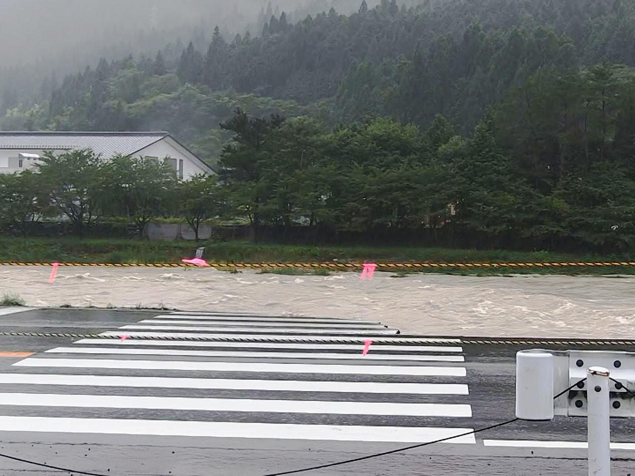 停滞する前線の影響で岐阜県では記録的な大雨となっていて、15日午前7時現在、美濃...