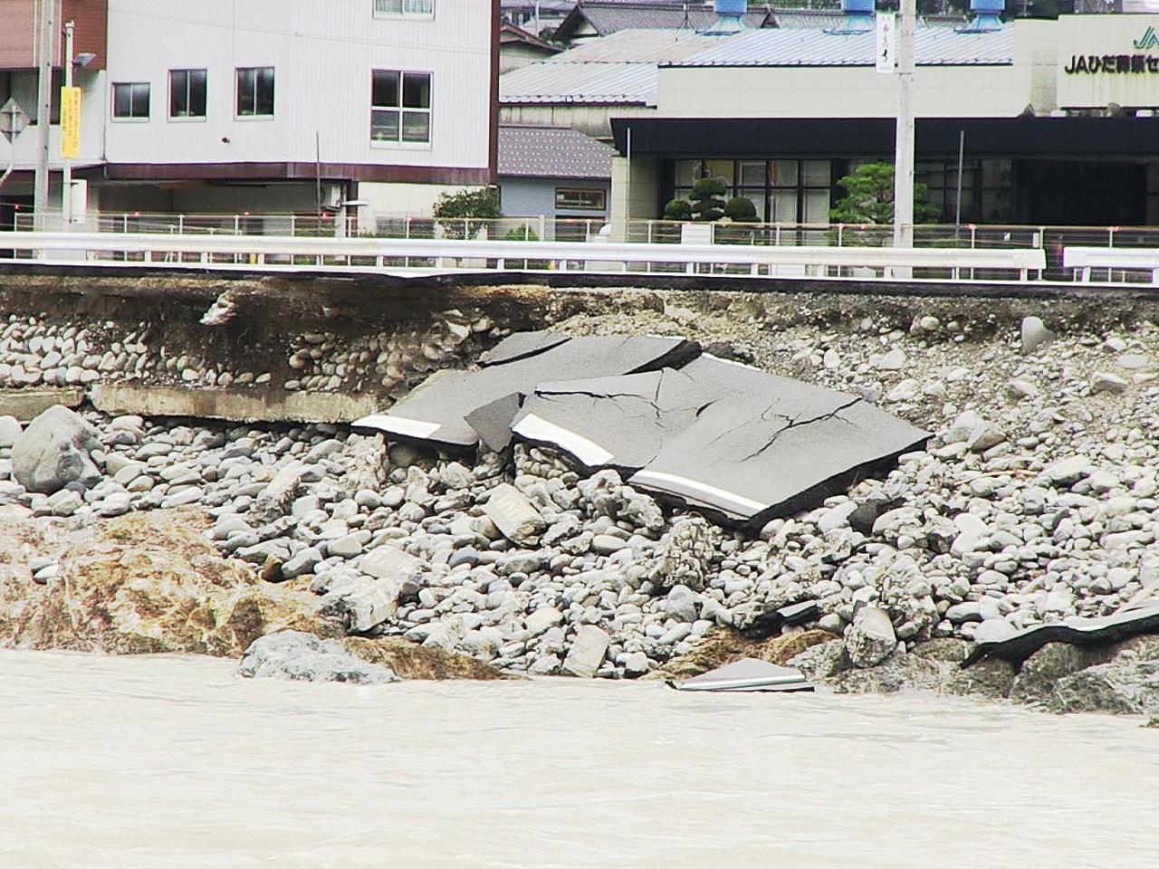 前線の停滞による大雨の影響で、岐阜県内で道路の崩落や床上、床下浸水などの被害が出...