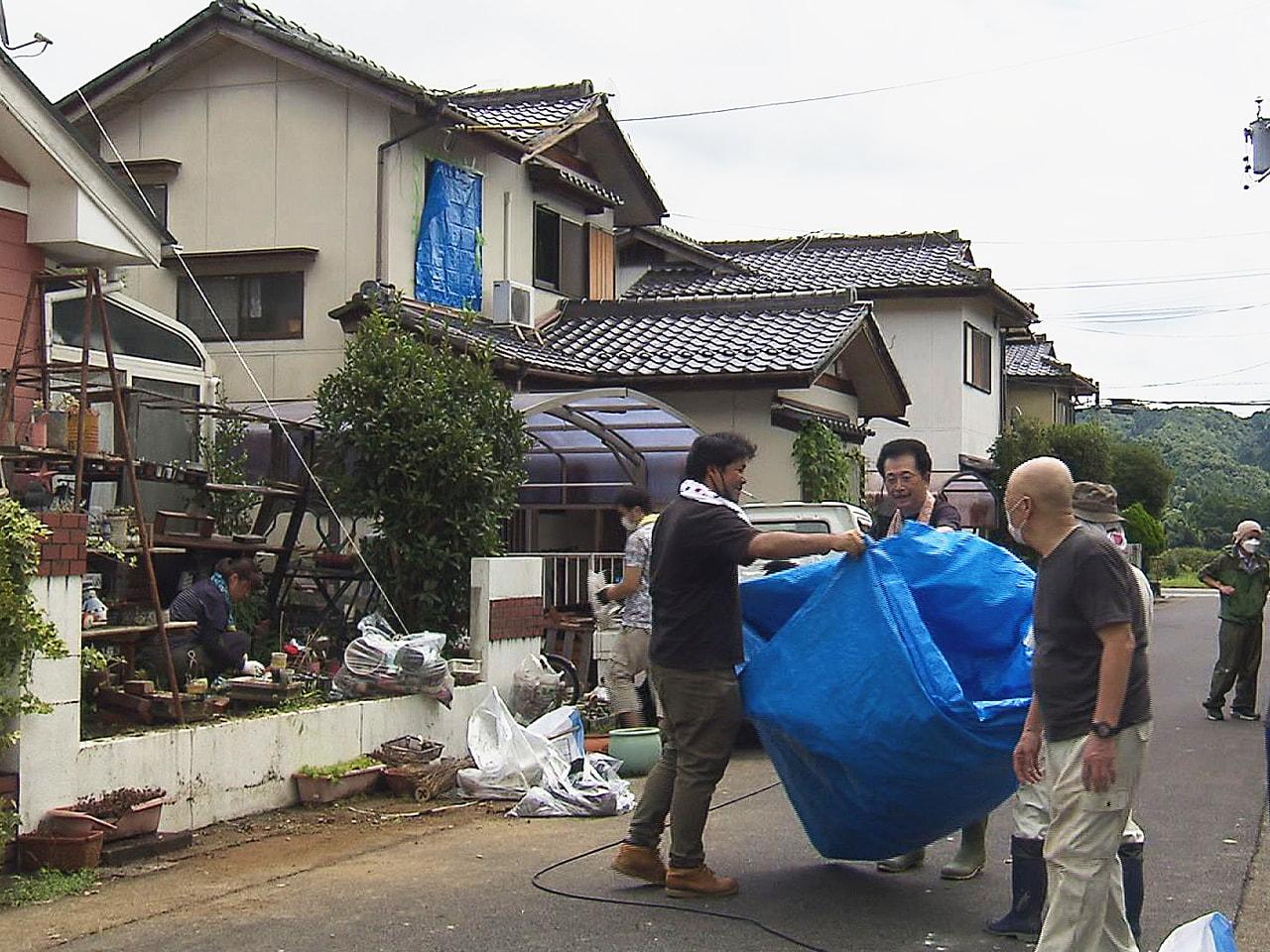 17日午後に竜巻とみられる突風で住宅などに被害がでた岐阜県加茂郡八百津町では18...