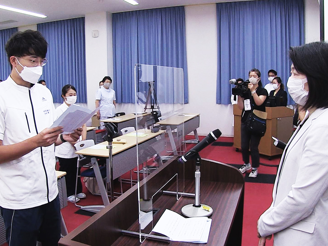 岐阜市の岐阜保健大学で看護職を目指す学生の宣誓式があり、学生らが思いを新たにしま...