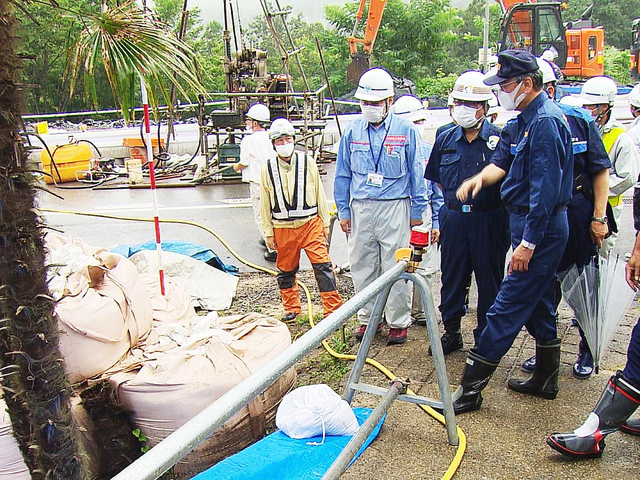 岐阜県の古田肇知事が21日、記録的な大雨で被害を受けた下呂市の国道41号線などの...