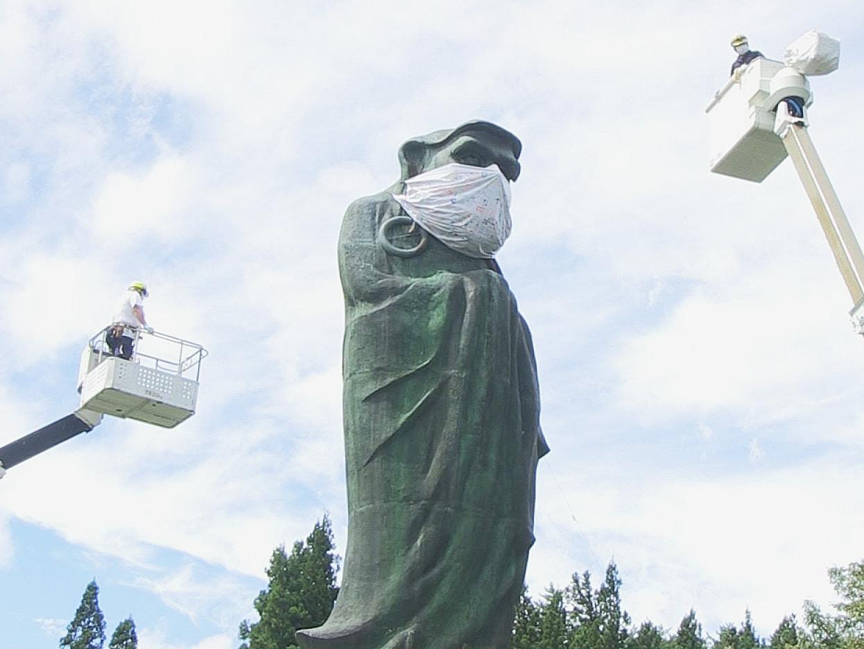 岐阜県飛騨市神岡町にある日本一大きいといわれる「立ちだるま」に、新型コロナの終息...