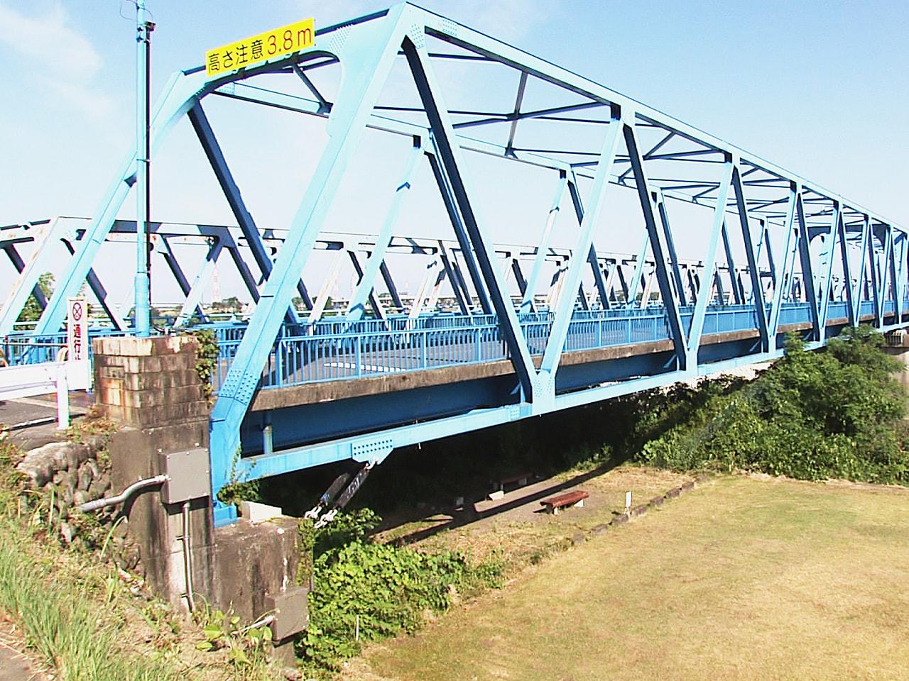 ことし5月の大雨の影響で橋脚が傾き通行止めになっている岐阜県各務原市の川島大橋に...
