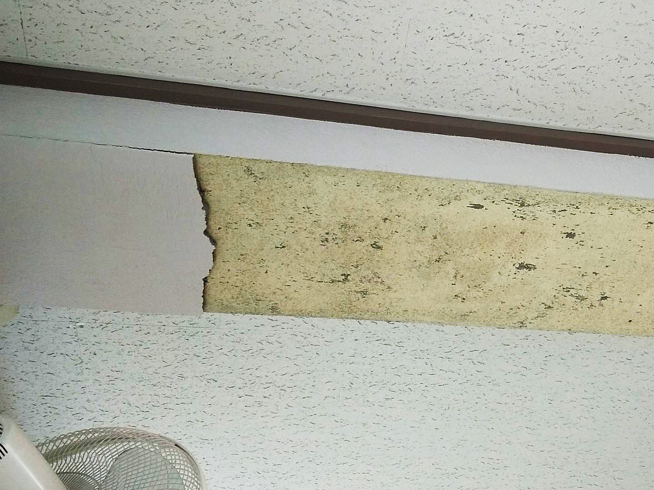 (写真は岐阜市教育委員会提供) 2日、教室の天井からモルタルがはがれ落ちた岐阜市...