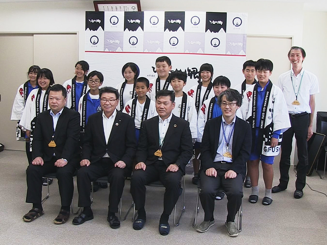 秋の修学旅行シーズンを前に、岐阜県白川村は白川郷学園の6年生12人をジュニア観光...