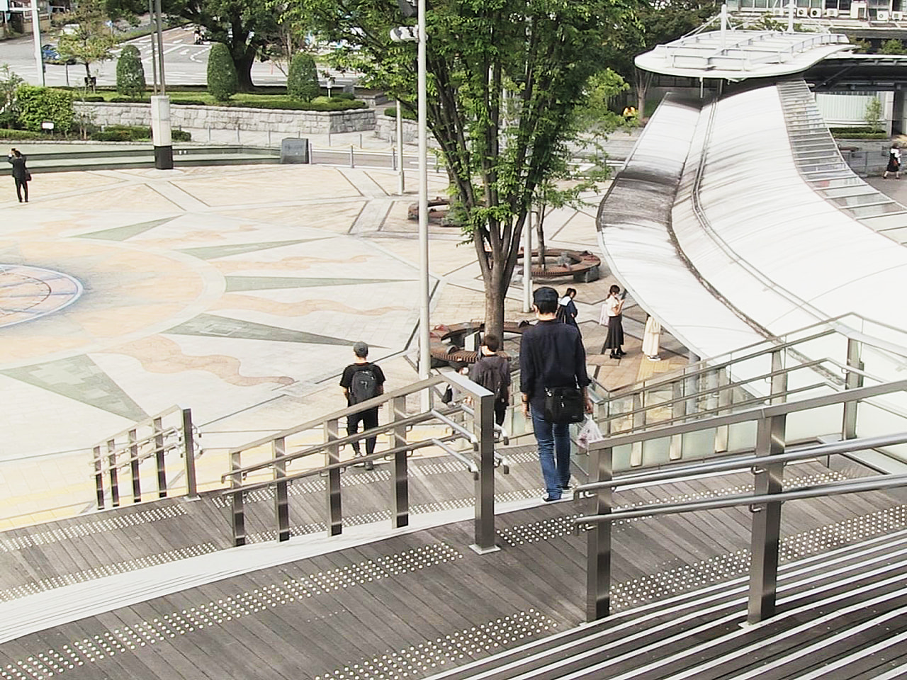 シルバーウィーク最終日だった26日のJR岐阜駅前の人出は、前の週の日曜日に比べる...