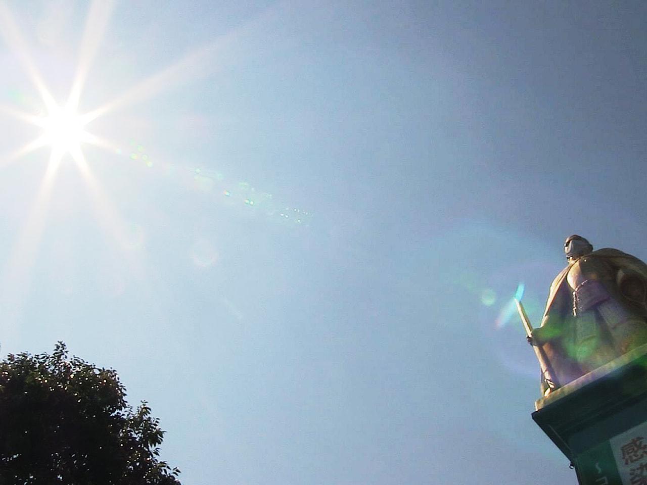 季節外れの暑さが続き5日も岐阜県内は高気圧に覆われて晴れ、気温が上がり岐阜市など...