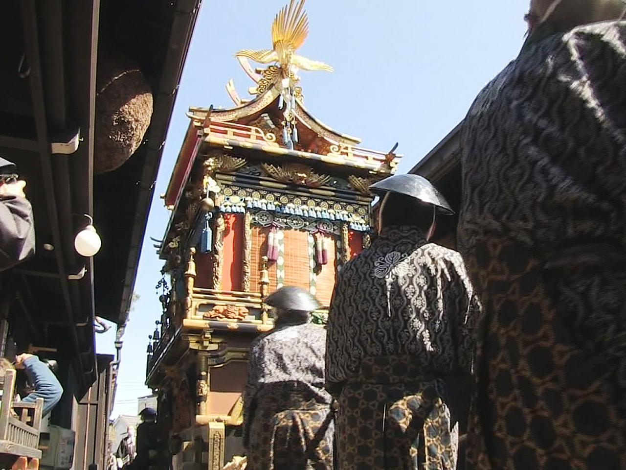 ユネスコ無形文化遺産の「春の高山祭」は最終日の15日、豪華けんらんな祭り屋台が屋...
