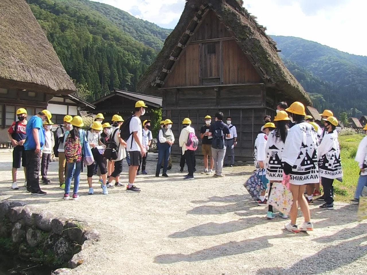 岐阜県白川村のジュニア観光大使を務める白川郷学園の6年生が、修学旅行で村を訪れた...